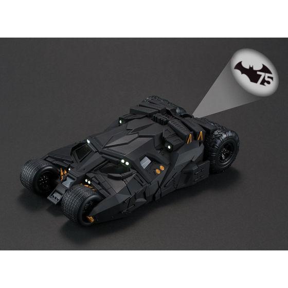 バットマン75周年記念ロゴのバットシグナルが点灯
